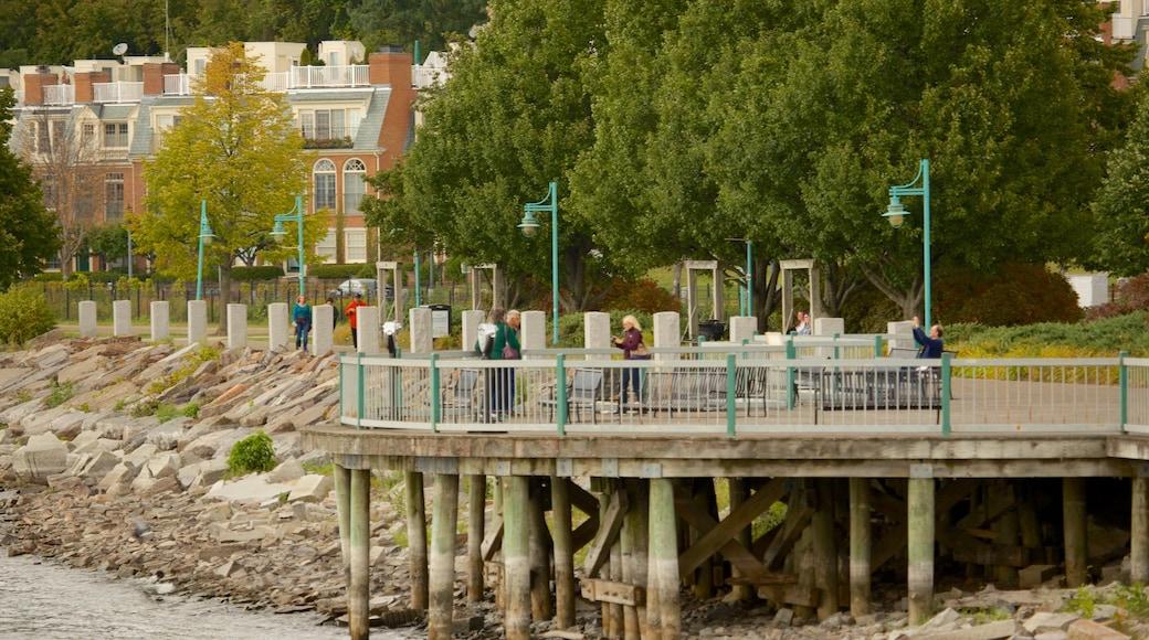 Waterfront Park caracterizando litoral rochoso