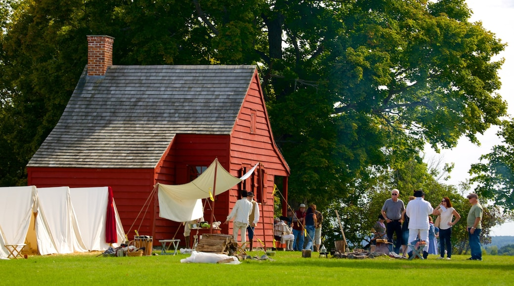 Saratoga National Historical Park showing heritage architecture and tranquil scenes as well as a small group of people