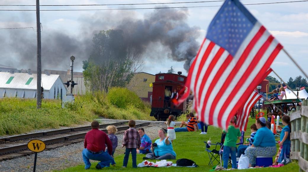 National Toy Train Museum mostrando itens de ferrovia e elementos de patrimônio assim como um pequeno grupo de pessoas