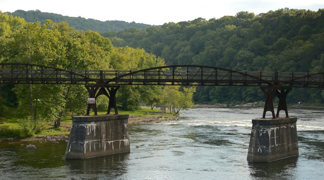 Uniontown mostrando um rio ou córrego e uma ponte