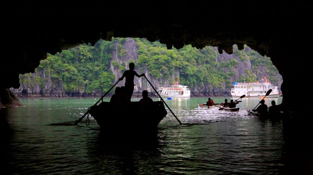 하롱베이 을 보여주는 카약 또는 카누 뿐만 아니라 소규모 사람들