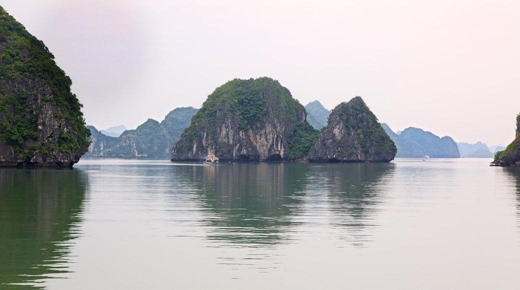 하롱베이 을 보여주는 산 과 항구 또는 항만