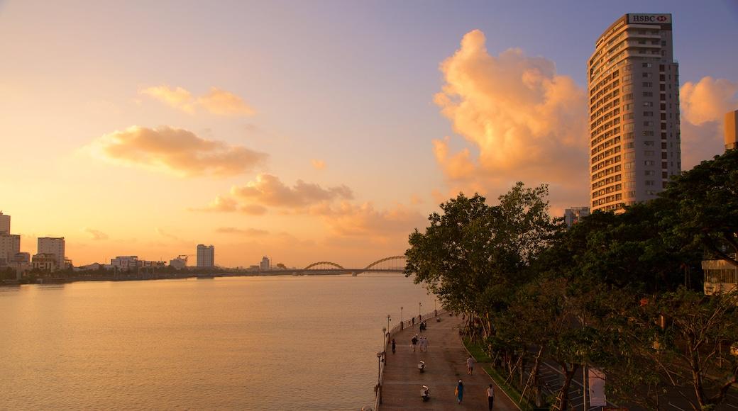 Sông Hàn trong đó bao gồm kiến trúc hiện đại, thành phố và cầu