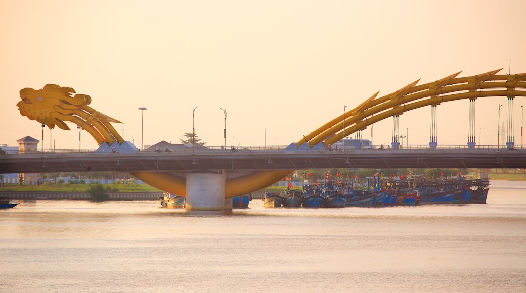Da Nang which includes modern architecture and a bridge