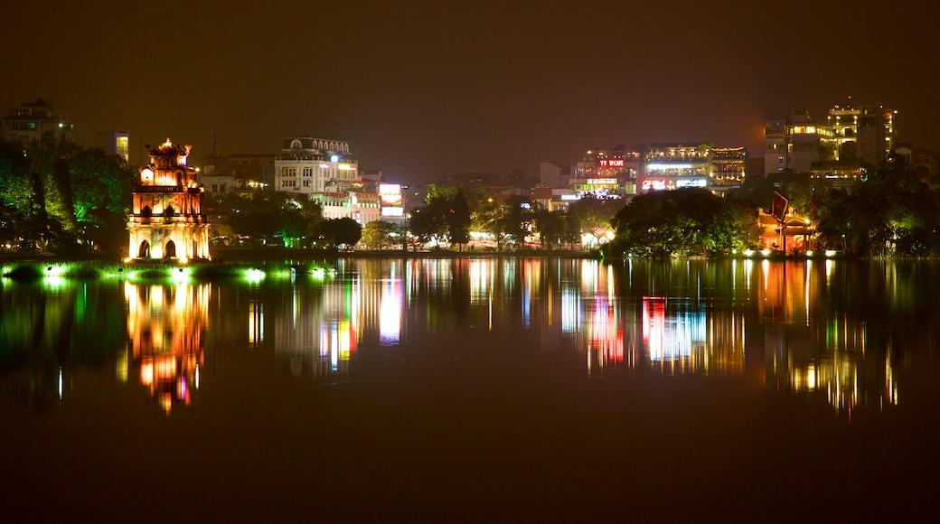 Lago di Hoan Kiem che include città, paesaggio notturno e lago o sorgente d\'acqua