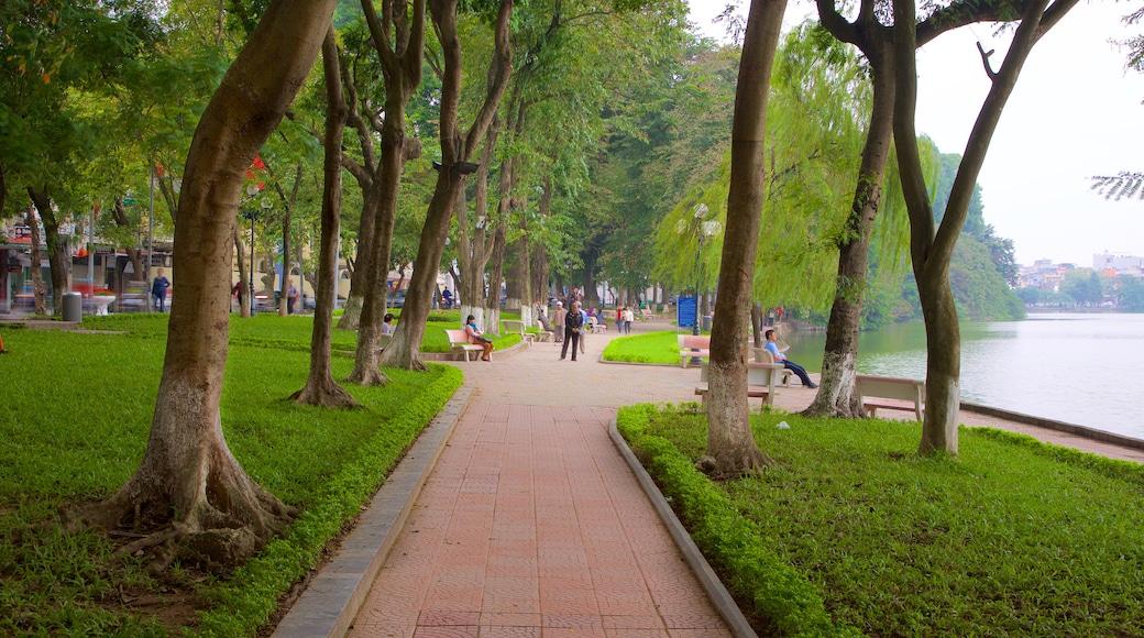 Lago di Hoan Kiem che include giardino