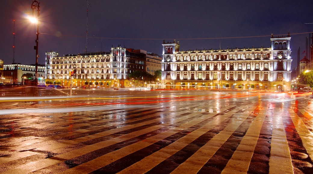 Zócalo ofreciendo escenas nocturnas, patrimonio de arquitectura y una ciudad