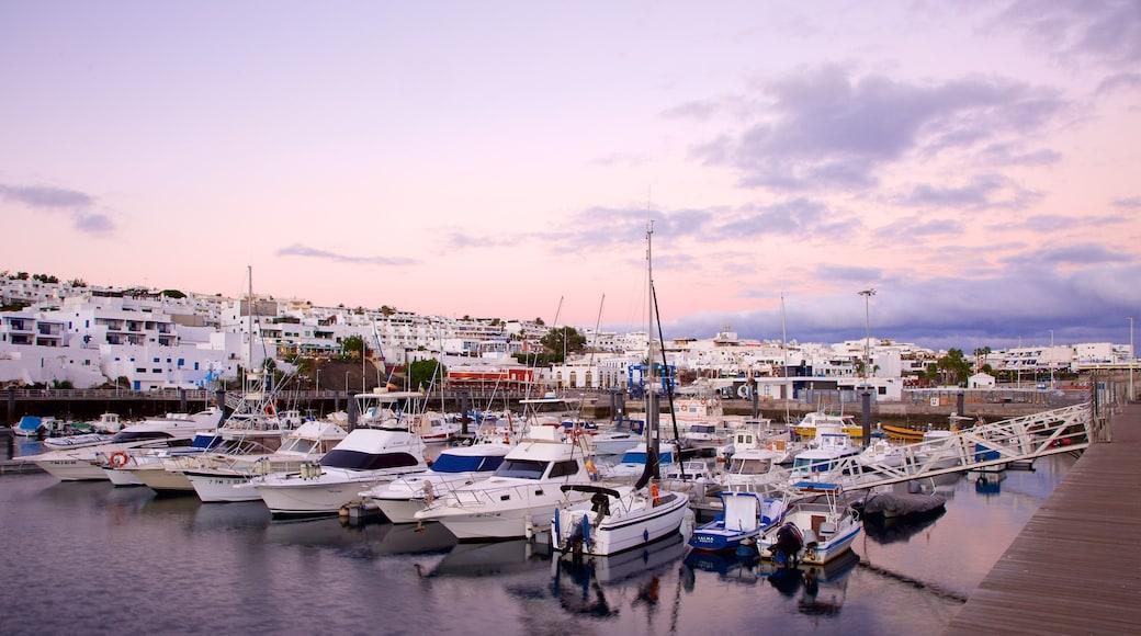 Puerto del Carmen mit einem Bucht oder Hafen, Küstenort und Bootfahren