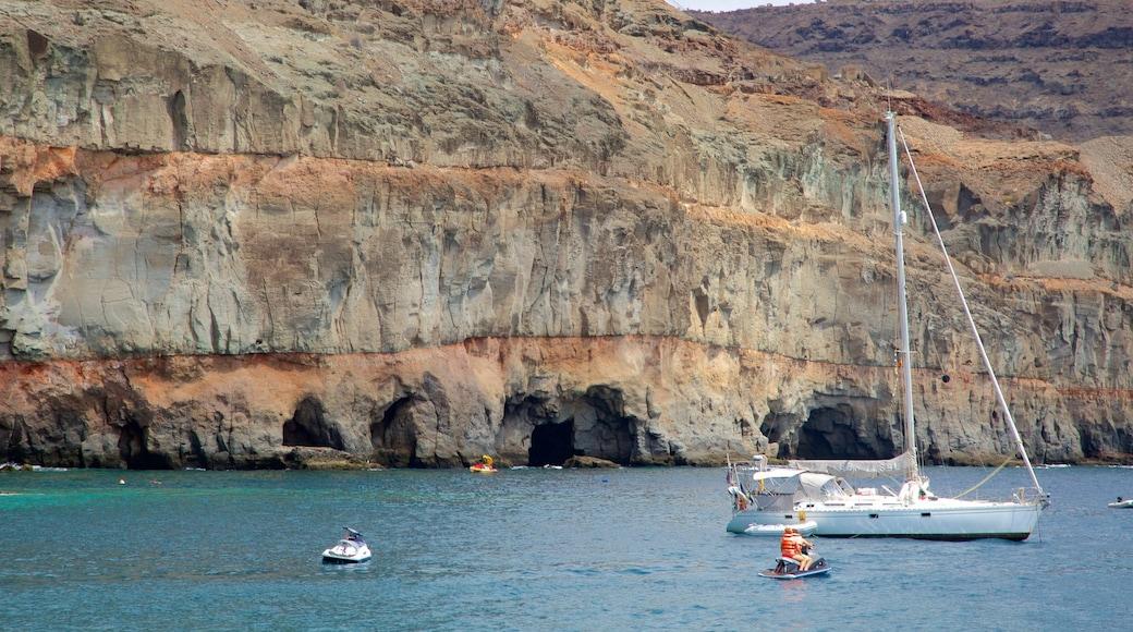 Mogan das einen Jetskifahren, allgemeine Küstenansicht und Felsküste