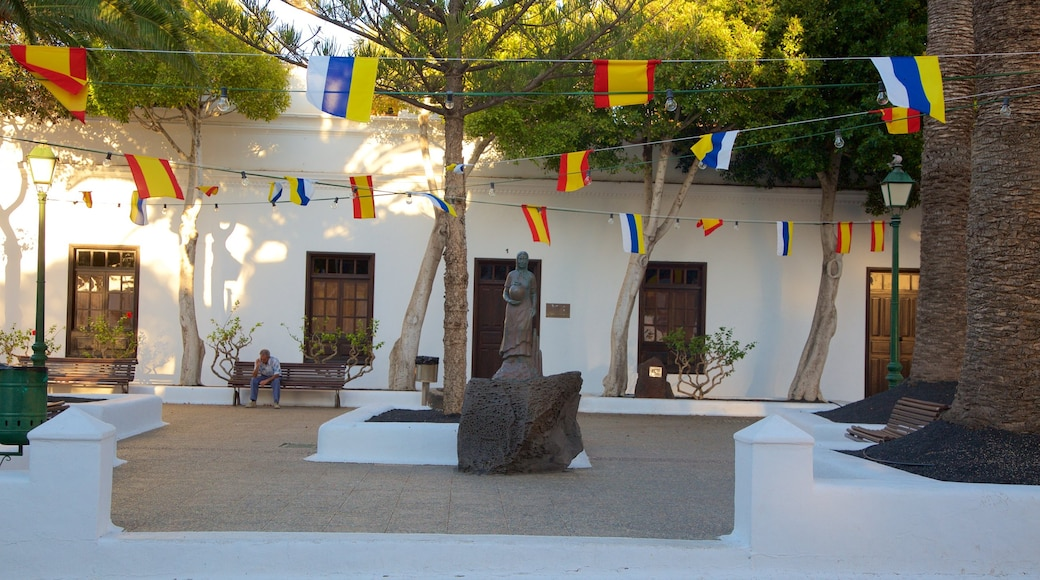 Yaiza que incluye una estatua o escultura y una plaza
