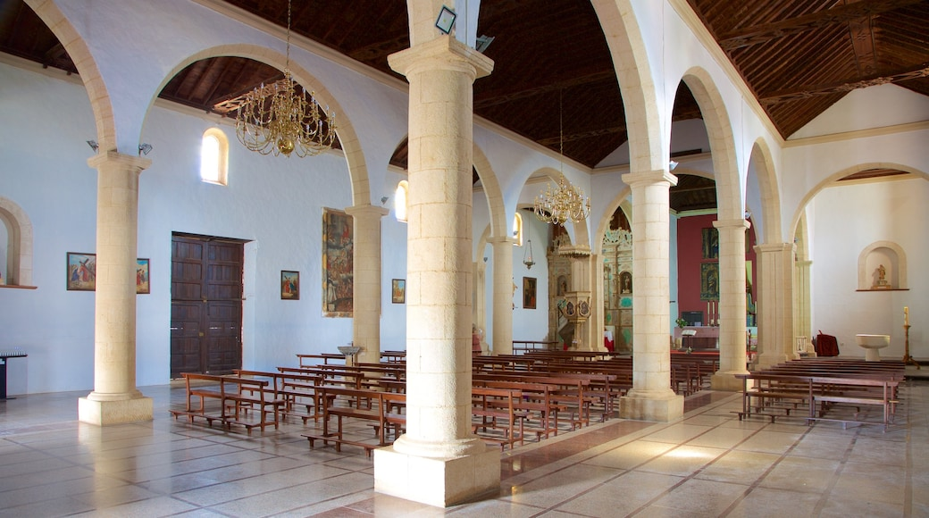 La Oliva que incluye elementos patrimoniales, arquitectura patrimonial y una iglesia o catedral