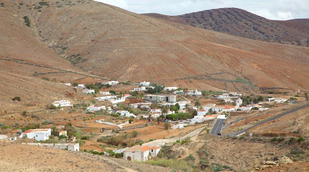 Betancuria que incluye un pueblo y paisajes desérticos
