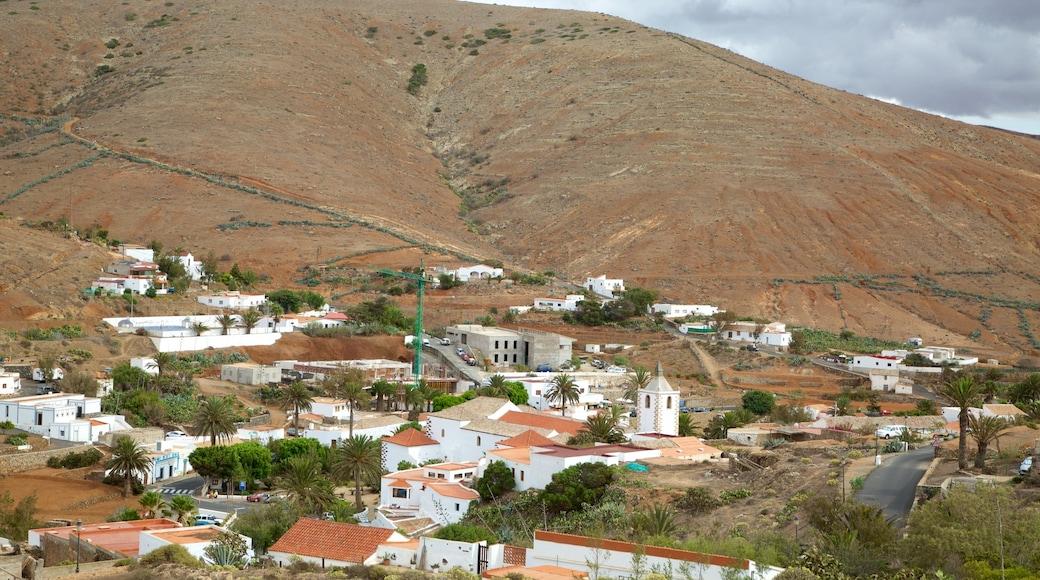 Betancuria mostrando paisajes desérticos y un pueblo