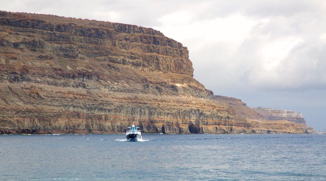 Mogán ofreciendo litoral accidentado, embarcaciones y vistas de una costa
