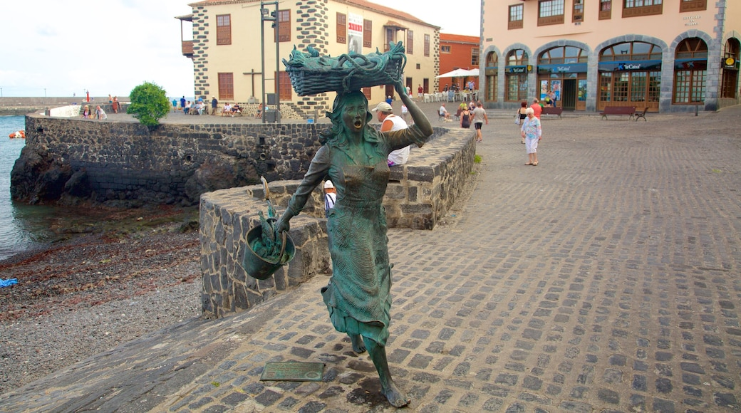 Puerto de la Cruz johon kuuluu patsas tai veistos ja kaupunki