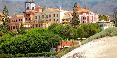 Playa Del Duque ofreciendo una playa de arena y una ciudad