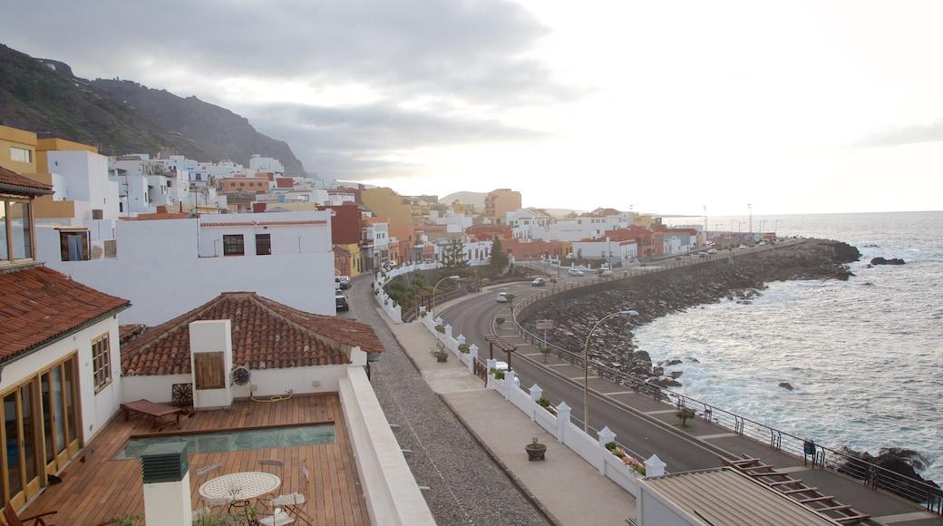Garachico que incluye vistas de una costa y una localidad costera