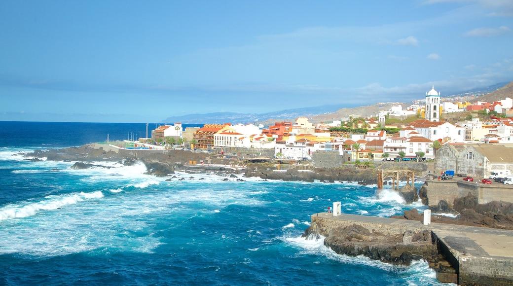 Garachico ofreciendo una localidad costera, litoral accidentado y olas