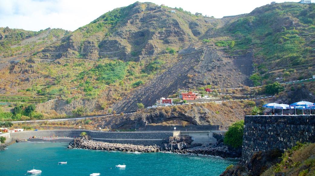 Garachico que incluye vistas de una costa, embarcaciones y montañas