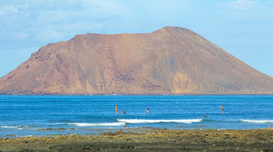 Corralejo toont zwemmen, bergen en algemene kustgezichten