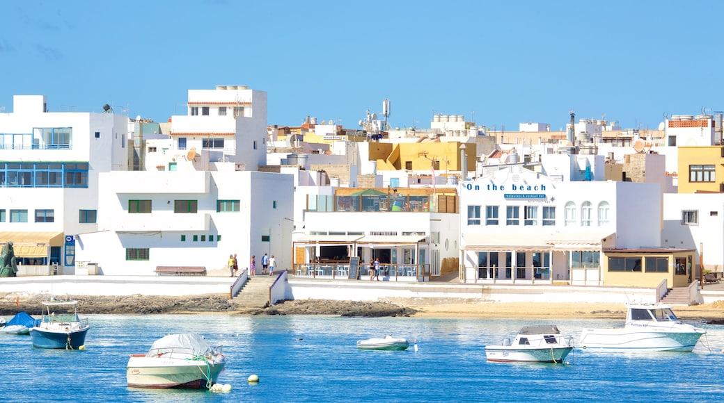 Corralejo inclusief algemene kustgezichten, een kuststadje en een baai of haven