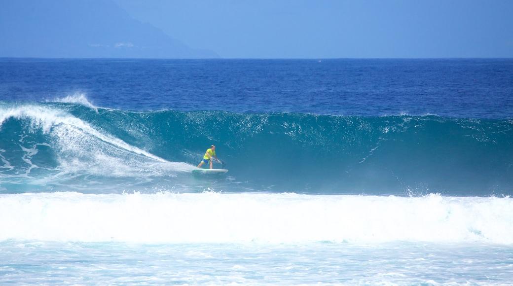 Playa de las Americas featuring aallot ja lainelautailu sekä yksi mies