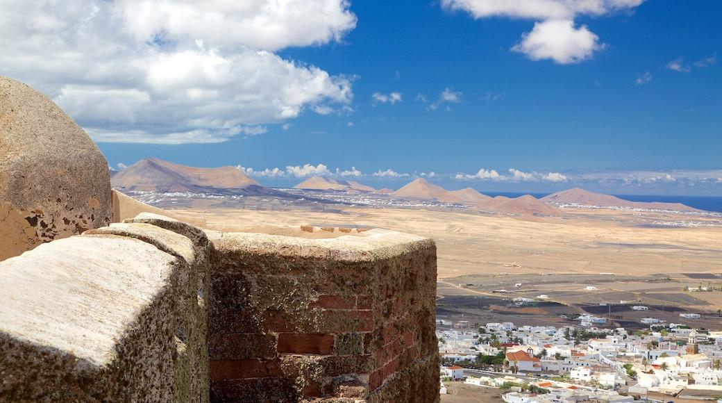 Castillo de Santa Bárbara welches beinhaltet Palast oder Schloss und Wüstenblick