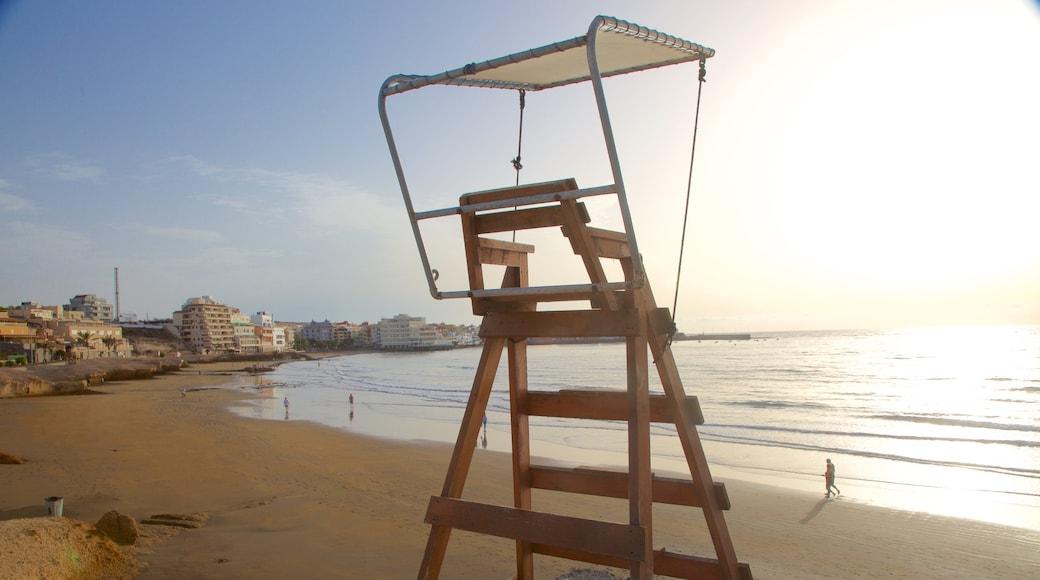 El Médano Strand og byder på udsigt over kystområde, en kystby og en sandstrand