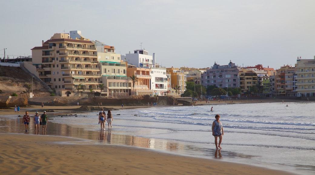 El Médano Strand som viser udsigt over kystområde, en kystby og en strand
