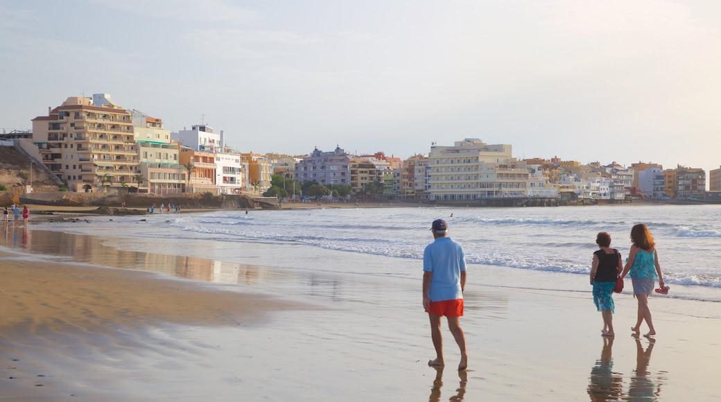 El Médano Strand som viser udsigt over kystområde, en sandstrand og en kystby