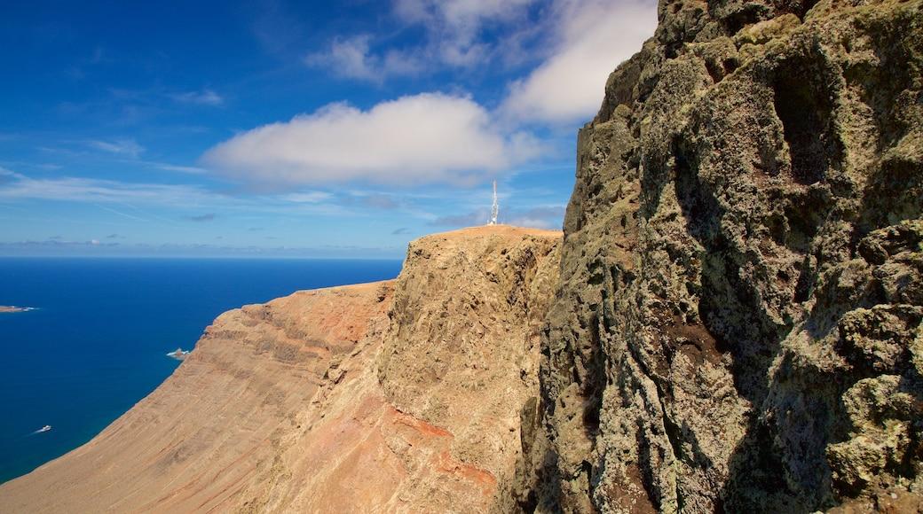 Mirador del Rio mit einem Berge und allgemeine Küstenansicht