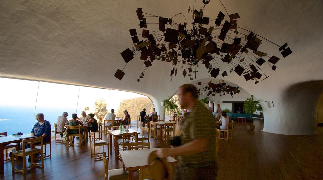 Mirador del Rio welches beinhaltet Innenansichten und Restaurants und Lokale