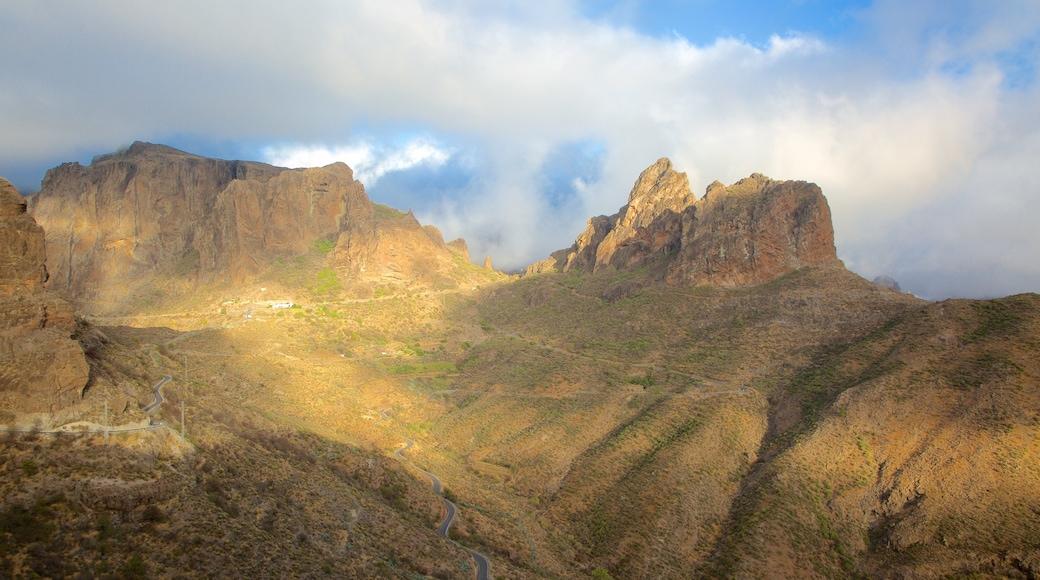 Roque Nublo som inkluderar dimma och berg