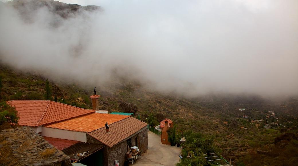 Roque Nublo som inkluderar dimma och ett hus