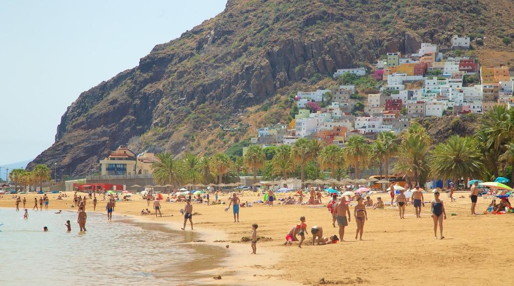 Teresitas Strand mit einem Sandstrand, Küstenort und allgemeine Küstenansicht