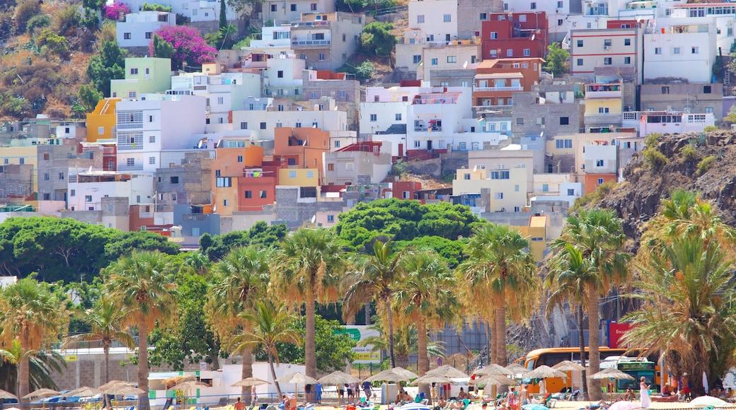 Strand Teresitas toont een kuststadje
