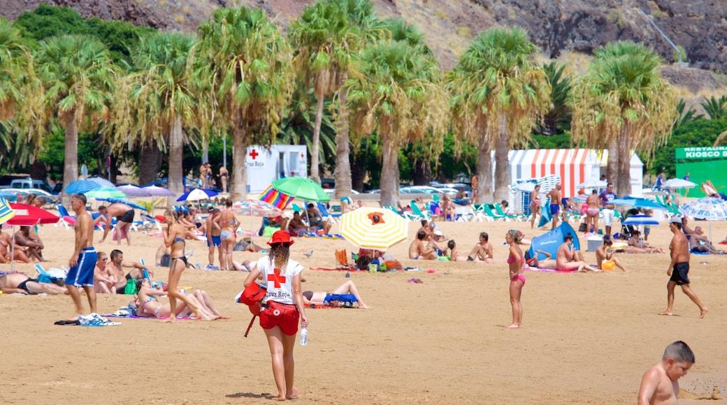Teresitas Strand das einen Strand und allgemeine Küstenansicht sowie große Menschengruppe