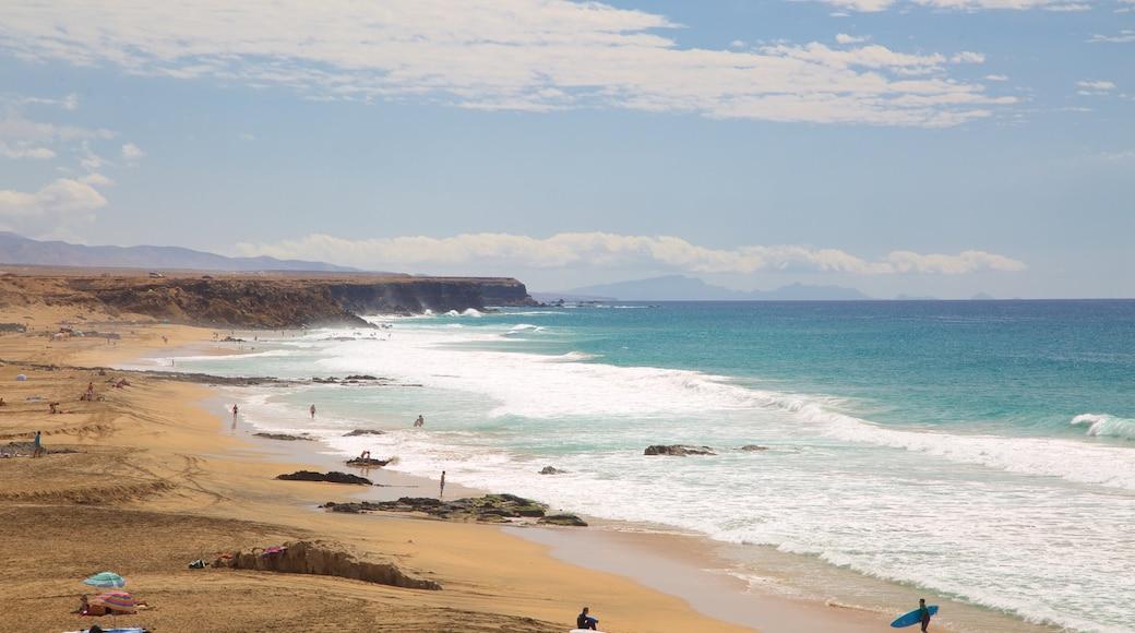 Cotillo Strand mit einem schroffe Küste, Sandstrand und allgemeine Küstenansicht