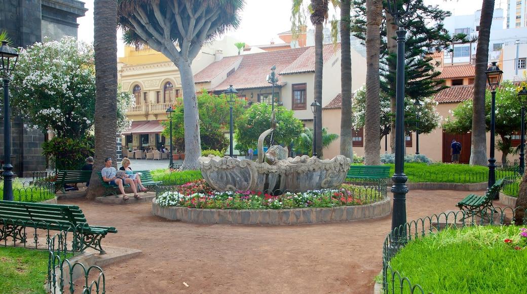 Plaza del Charco inclusief een fontein, bloemen en een park