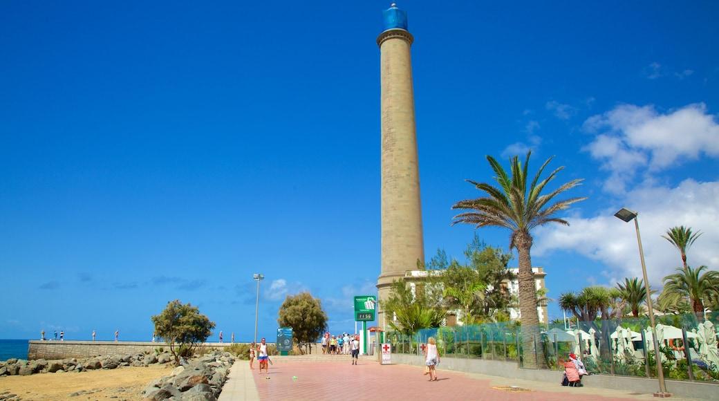 Leuchtturm von Maspalomas das einen Sandstrand, Leuchtturm und allgemeine Küstenansicht