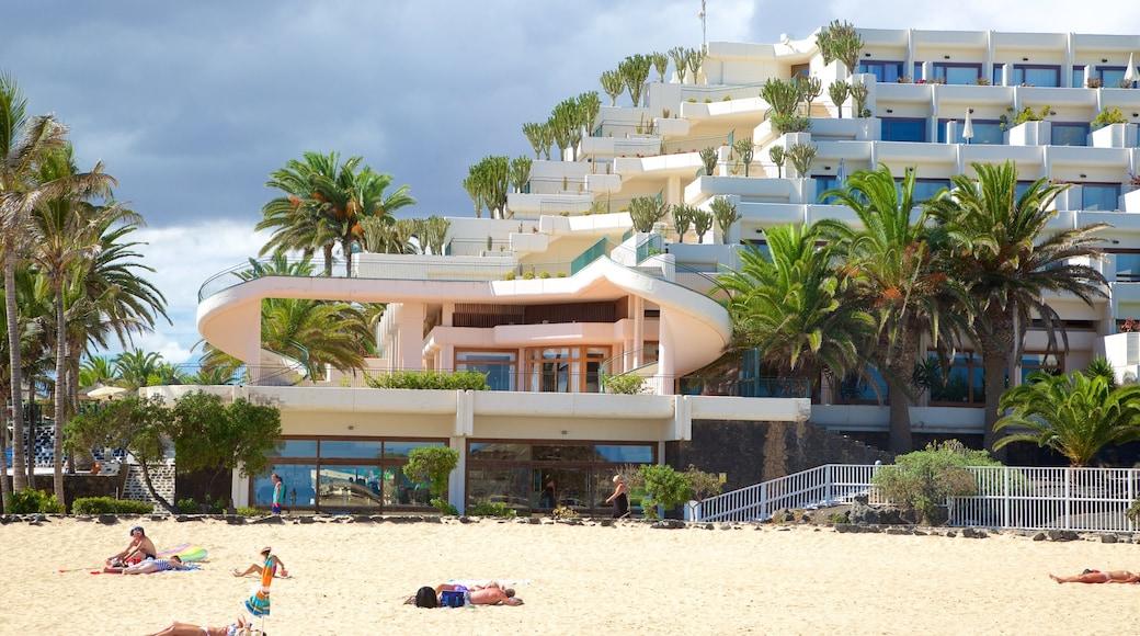 Plage de Las Cucharas qui includes hôtel, ville côtière et plage de sable