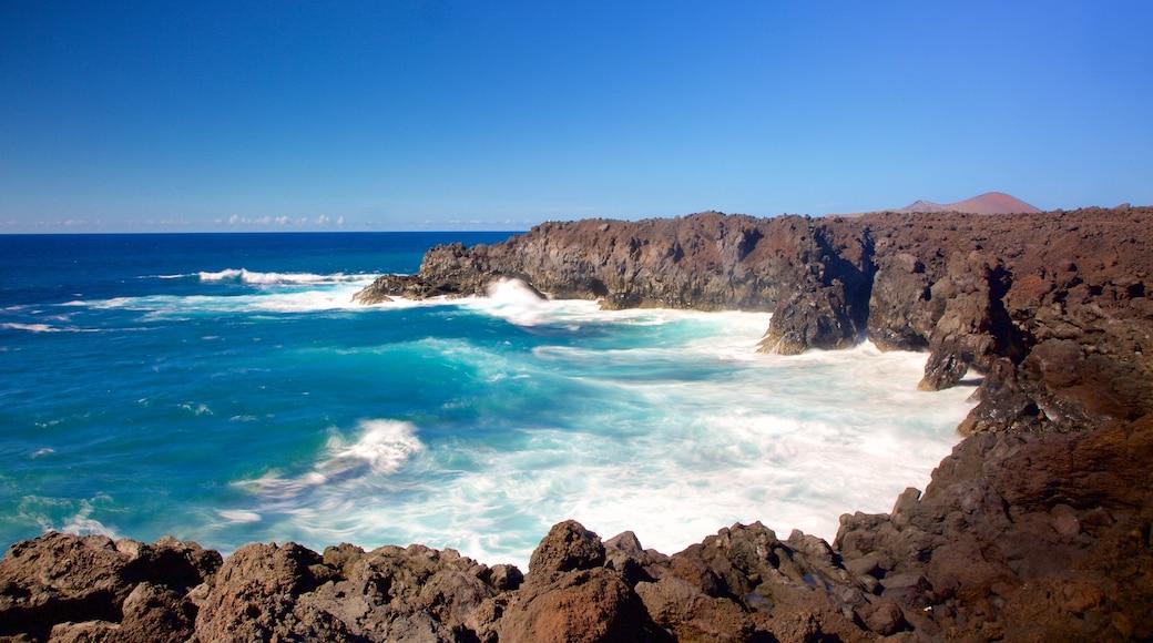 Cuevas Los Hervideros que incluye litoral rocoso