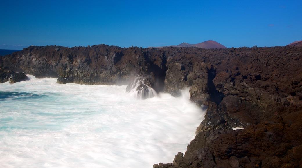 Cuevas Los Hervideros ofreciendo litoral accidentado y surf