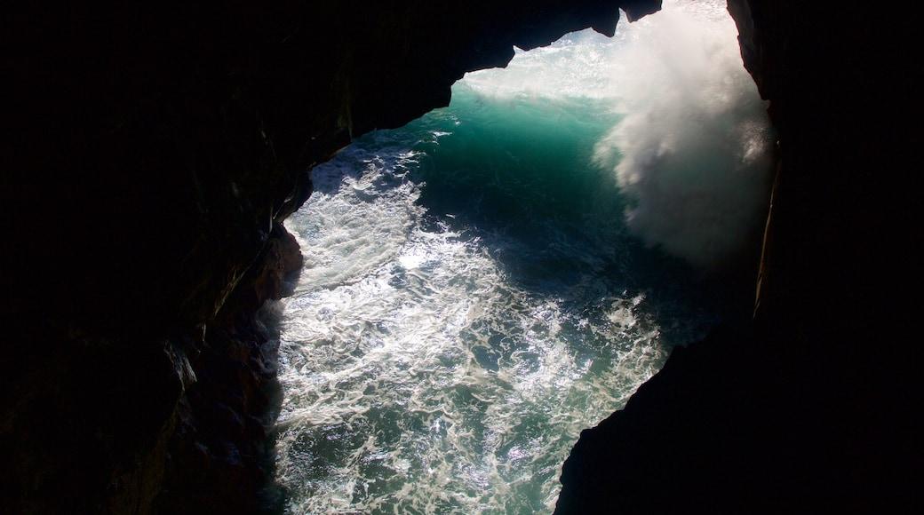 Cuevas Los Hervideros ofreciendo surf