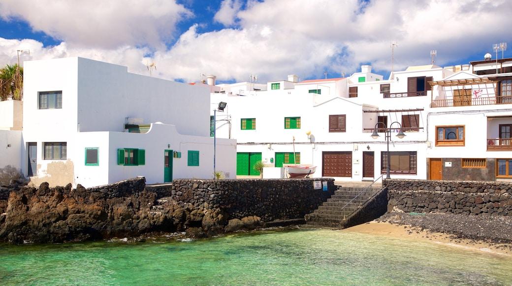 Lanzarote das einen allgemeine Küstenansicht, Küstenort und Felsküste