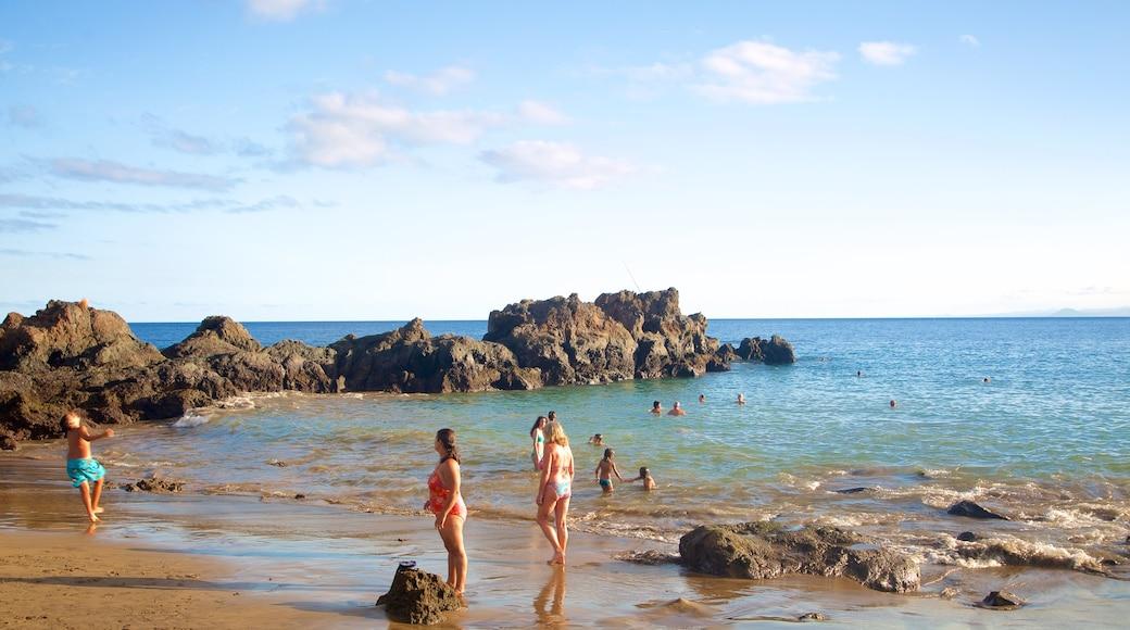 Puerto del Carmen mettant en vedette plage de sable, vues littorales et ville côtière