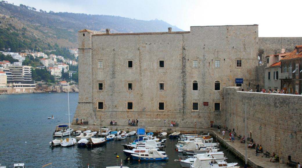Porto di Gruz che include baia e porto e giro in barca