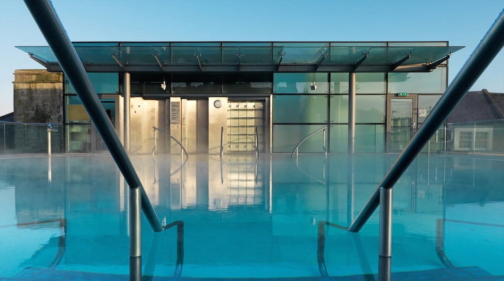 Thermae Bath Spa showing modern architecture and a pool