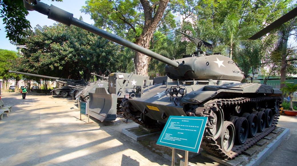 Het Oorlogsmuseum bevat militaire voorwerpen en vliegtuigen
