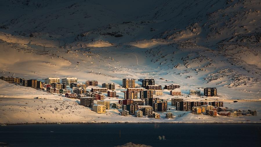 Nuuk som viser en by og sne